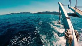 Golven achter motorbootachtersteven stock videobeelden