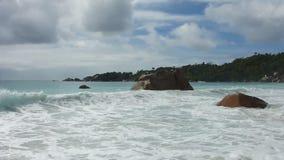 Golven in Anse Lazio, Seychellen stock videobeelden