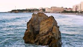 Golven in Biarritz, zuidwestelijk Frankrijk stock footage