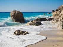 Golven bij Calamitsi-strand op Lefkada Stock Afbeelding