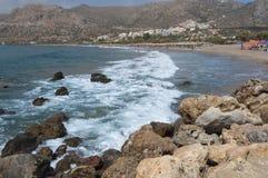 Golven bij het zandige strand van Palaiochora, Kreta, Griekenland Royalty-vrije Stock Fotografie