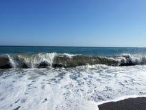 Golven bij kust Stock Afbeelding
