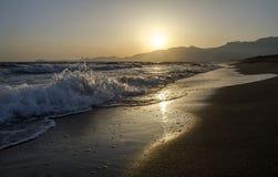 Golven bij zonsondergang, het strand in Italië Licht onduidelijk beeld in agent om motie te tonen Royalty-vrije Stock Foto's