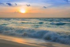 Golven bij zonsopgang Royalty-vrije Stock Afbeeldingen