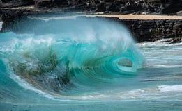 Golven in de branding van een strand in Hawaï dat het oog van een golf kenmerkt royalty-vrije stock foto's