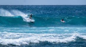 Golven in de branding van een strand in Hawaï royalty-vrije stock afbeeldingen