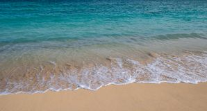 Golven in de branding van een strand in Hawa? stock foto's