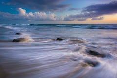 Golven in de Vreedzame Oceaan bij zonsondergang Stock Fotografie