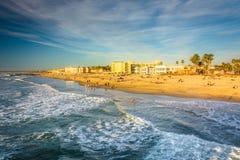 Golven in de Vreedzame Oceaan en de mening van het strand van fishin stock foto