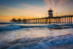 Golven in de Vreedzame Oceaan en de pijler bij zonsondergang Royalty-vrije Stock Foto's