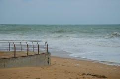 Golven die aan het zand, de oceaankust dichtbij Lagos, Portugal meeslepen Stock Foto
