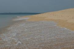 Golven die aan het zand, de oceaankust dichtbij Porto Covo, Portugal meeslepen Royalty-vrije Stock Afbeeldingen