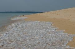 Golven die aan het zand, de oceaankust dichtbij Porto Covo, Portugal meeslepen Stock Foto