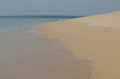 Golven die aan het zand, de oceaankust dichtbij Porto Covo, Portugal meeslepen Royalty-vrije Stock Foto