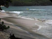 Golven die aan wal bij lagere baai, bequia schuimen stock videobeelden