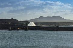 Golven die bij de kust van Lanzarote breken royalty-vrije stock afbeelding