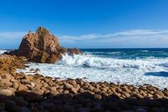 Golven die bij reusachtige rotsen, het eiland van Philip, Victoria, Australië verpletteren stock foto