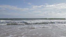 Golven die binnen aan het strand rollen stock video