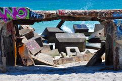 Golven die de Geëtiketteerde Golfbreker bespatten: Fremantle, Westelijk Australië stock foto