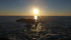 Golven die in de zonsondergang in Porto Moniz, Madera verpletteren stock footage