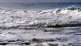 Golven die dichtbij kust breken stock video