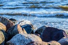 Golven die een rotsachtige kust wassen bij Oostzee Stock Fotografie
