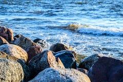 Golven die een rotsachtige kust wassen bij Oostzee Stock Foto's
