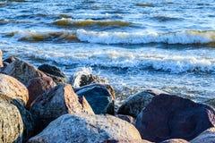 Golven die een rotsachtige kust wassen bij Oostzee Stock Foto