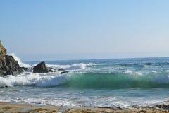 Golven die in Emerald Bay verpletteren Stock Foto
