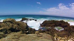 Golven die, het Nationale Park van Tsitsikamma, Zuid-Afrika verpletteren stock footage