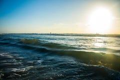 Golven die het strandgolf van het Aalmoezeniereiland van Mexico verpletteren Royalty-vrije Stock Foto