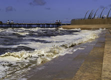 Golven die at high tide in Blackpool breken Stock Foto's