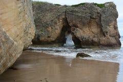 Golven die ingang in rotsen verpletteren Royalty-vrije Stock Foto