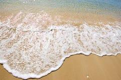 Golven die in kust uitglijden royalty-vrije stock fotografie
