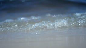 Golven die langzaam op de kust op duidelijke dag breken stock videobeelden