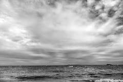 Golven die in mooi tropisch Caraïbisch eilandstrand verpletteren, sint Maarten royalty-vrije stock foto