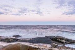 Golven die oceaankust verpletteren bij barst van dageraad (vertraag  Royalty-vrije Stock Foto's