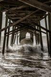 Golven die onder de pijler bij Holden-Strand verpletteren royalty-vrije stock foto's