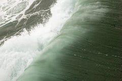 Golven die onder in de Stille Oceaan vouwen stock afbeelding