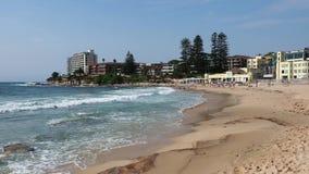 Golven die op Cronulla-Strand, Sydney, Australië verpletteren stock footage