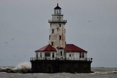 Golven die op de Havenvuurtoren #3 verpletteren van Chicago stock foto