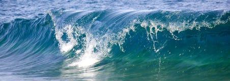 Golven die op de kust breken stock afbeeldingen