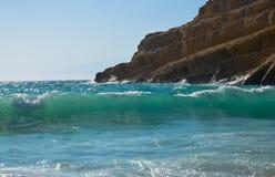 Golven die op de kust slaan Stock Afbeeldingen
