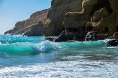 Golven die op de kust slaan Stock Afbeelding