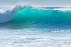 Golven die op de kust van Madera breken Stock Foto's