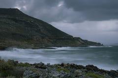 Golven die op de kust verpletteren royalty-vrije stock afbeelding