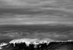 Golven die op de kustlijn breken Royalty-vrije Stock Foto