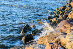 Golven die op de stenen van Oostzeekust verpletteren Royalty-vrije Stock Afbeeldingen