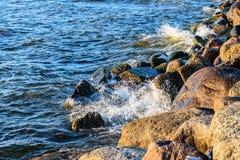 Golven die op de stenen van Oostzeekust verpletteren Stock Afbeeldingen