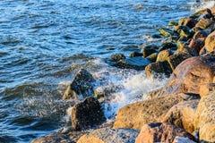 Golven die op de stenen van Oostzeekust verpletteren Royalty-vrije Stock Fotografie